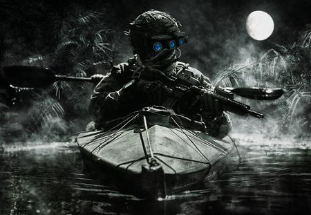 ジャングルの中で軍のカヤックを漕ぐ暗視ゴーグルの 2 つの特殊部隊の演算子。曇り夜、満月、湿った 写真素材