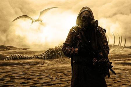 après l'apocalypse nucléaire. La vie après le concept de fin du monde. survivant Grimy avec des armes artisanales et masque à gaz. Désert et friche morte sur le fond Banque d'images