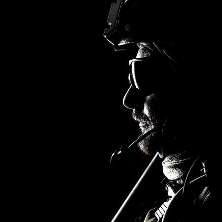 米国海兵隊特殊作戦コマンド Marsoc レイダーです。海洋の特別な演算子を黒背景の輪郭バックライト付きスタジオ撮影
