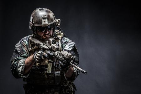 米国海兵隊特殊作戦は、武器で Marsoc 侵入者をコマンドします。海洋の特別な演算子半旋回黒い背景のスタジオ撮影