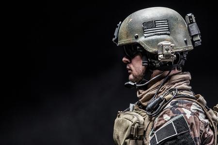 United States Marine Corps Special Operations Command MARSOC raider. Studio shot van de Marine Special Operator zwarte achtergrond Stockfoto