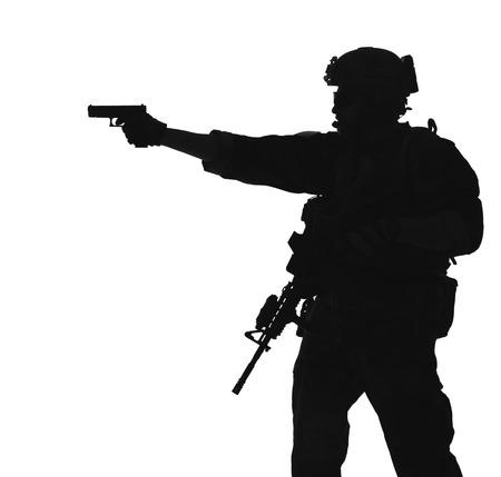 uniformes: Estados Unidos Marine Corps comando de operaciones especiales Marsoc raider con arma apuntando pistola. Silueta de Operador Especial Marino fondo blanco