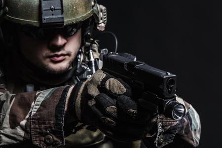 United States Marine Corps Special Operations Command MARSOC raider met een pistool. Studio shot van de Marine Special Operator zwarte achtergrond