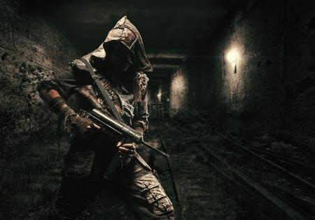 핵 포스트 종말. 버려진 지하철 터널에서 최후의 심판의 날 이후의 지하 생명. 수제 무기가있는 잔인한 생존자 스톡 콘텐츠