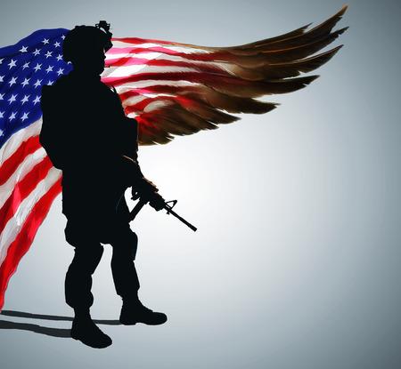 Silueta del soldado del ejército frente a la bandera de Estados Unidos en forma de ala enorme. Orgullo y gratitud por años de servicio dedicado. Foto de archivo