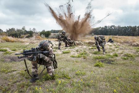 Squad de parachutistes français d'élite du 1er régiment de parachutistes d'infanterie marine RPIMA embusqué en action, explosion de mines terrestres Banque d'images - 74339405