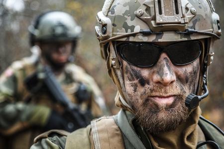 Norwegische Streitkräfte Sonderbefehl FSK männliche und weibliche Soldaten Großansicht Porträt. Radio und Headset sind an. Vordergrund verschwommen Standard-Bild - 75361823