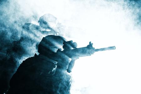 黒のシルエットで煙移動に兵士のペアの戦い操作。バックライト、トリミング、色調、colorized