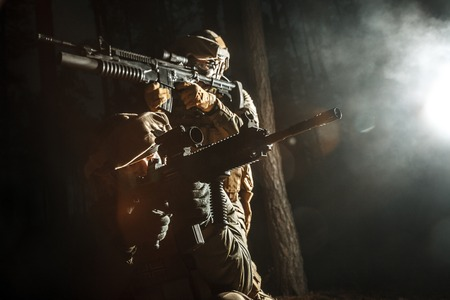 戦い操作で煙移動に兵士のイメージ。バックの光、暗い夜、森 写真素材 - 74787409