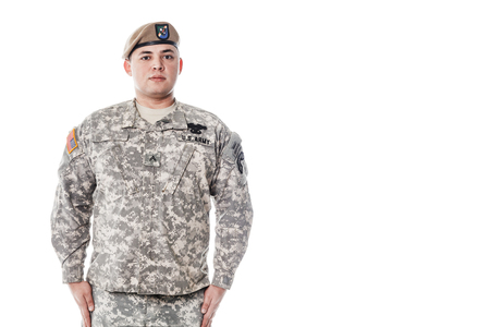 batallón: Army Ranger from Special Troops Battalion in universal Camouflage pattern Uniforms and Tan beret with Ranger Regiment crest is standing to attention. National holidays Veterans Day, Memorial Day. National Anthem is played