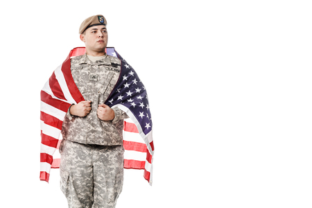 batallón: Army Ranger from Special Troops Battalion in universal Camouflage pattern Uniforms and Tan beret with Ranger Regiment crest standing weraing US flag on his shoulders. National holidays: Veterans Day, Memorial Day