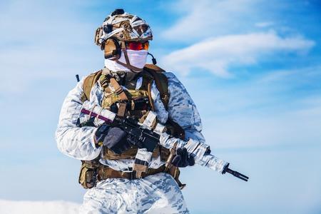 北極圏のどこかに冬迷彩の陸軍軍人。彼は胸のリグとの巨大なバックパックを身に着けている、苦しんでいる、極端な寒さと強い風が、使命を続け 写真素材