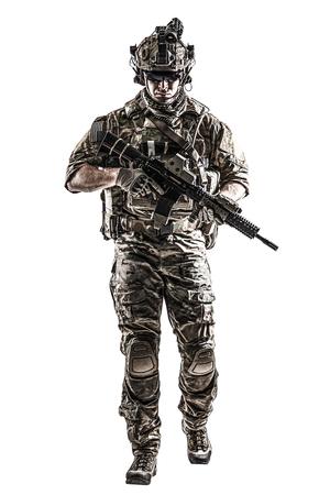 彼シャツ腕まくりをして、ヘルメット、アイウェアと夜の暗視ゴーグルがカメラに向かって歩いて移動と戦闘のユニフォーム米国陸軍レンジャー。 写真素材