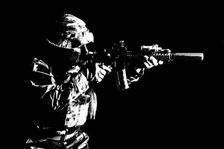 カムフラージュのユニフォーム スタジオ半分長さ黒い背景、バックライトをショットで特殊部隊アメリカ合衆国のひげを生やした。彼はライフルを指す、殺害の敵を撮影します。 写真素材 - 83831187