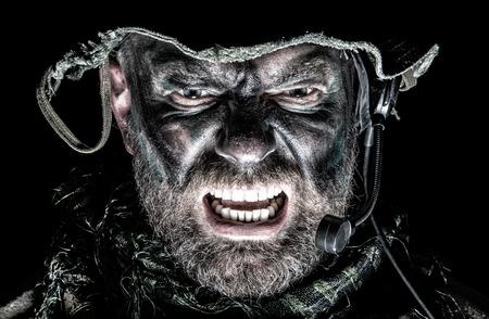 アメリカ合衆国の特攻隊の顔スタジオ撮影します。口開くと、叫んで兵士、見つかる恐ろしい悲鳴を威嚇発光します。ポートレート、クローズ アッ