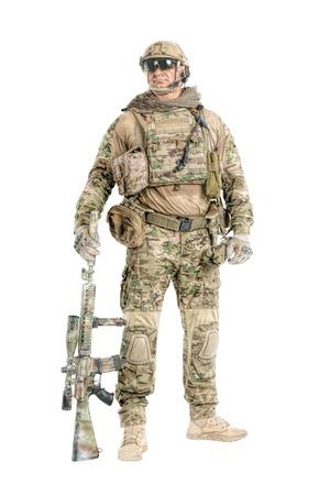전체 길이 낮은 각도 저격 소총, 흰색 배경에 고립 된 초상화와 유니폼 필드에 큰 근육 군인의 스튜디오 샷 copyspace 많이입니다. 보호용 고글 안경 착용 스톡 콘텐츠