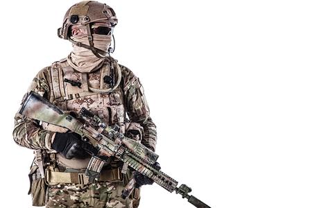 특수 부대의 절반 길이 낮은 각도 스튜디오 샷 무기, 화이트 절연 초상화와 필드 유니폼에서 군인. 보호용 고글 안경 착용