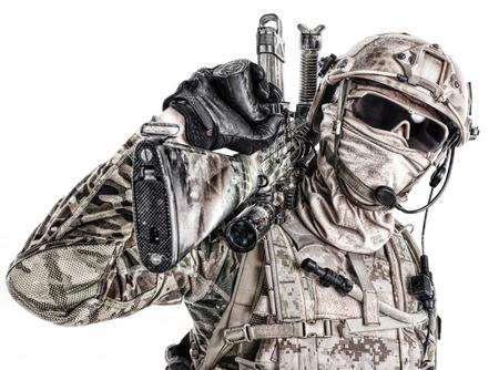 특수 부대의 절반 길이 낮은 각도 스튜디오 샷 군인 필드 유니폼과 그의 얼굴에 저 격 소총과 얼굴 마스크, 흰색 배경에 고립 된 초상화 스톡 콘텐츠