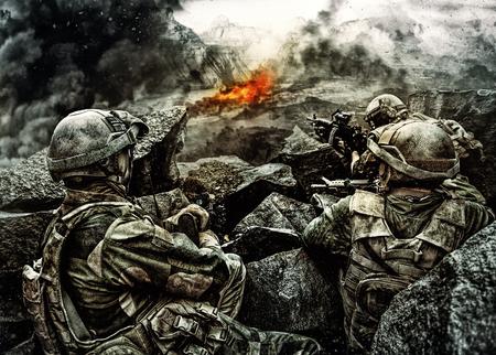 경계 기다리는 적을 지키고있는 암석들 사이의 매복에있는 군복을 입은 특수 부대 군인들의 순찰