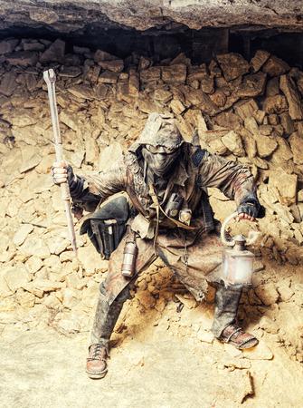 自家製の武器やランタンと地下のポスト終末論的な生き物 写真素材