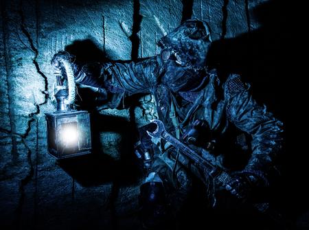 Ondergronds post apocalyptisch wezen met zelfgemaakte wapens en lantaarn