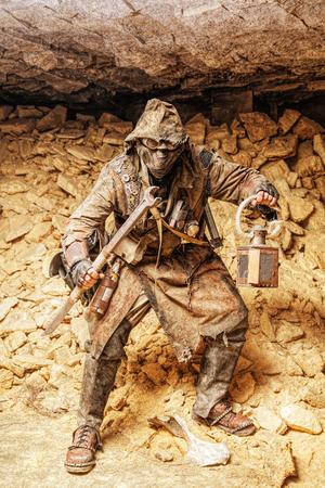 自家製の武器やランタンと地下のポスト終末論的な生き物 写真素材 - 89278936