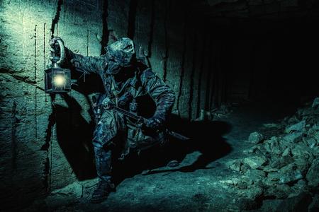 수제 무기와 랜턴이있는 지하 묵시록 생물 스톡 콘텐츠