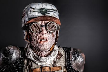 ポスト黙示録的な生存者は、醜い顔を仮面しました。原子の炎によって燃やされた皮