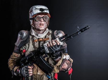 自家製兵器でポスト終末論的な生存者クリーチャー 写真素材