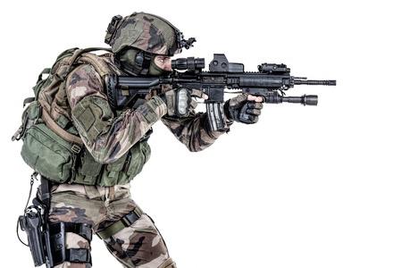 Fallschirmjäger der Französisch 1st Marine Infantry Parachute Regiment RPIMA Studio Schuss feuernde Waffen zeigen Standard-Bild - 89279946