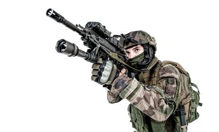 Fallschirmjäger der Französisch 1st Marine Infantry Parachute Regiment RPIMA Studio Schuss feuernde Waffen zeigen Standard-Bild - 89280026