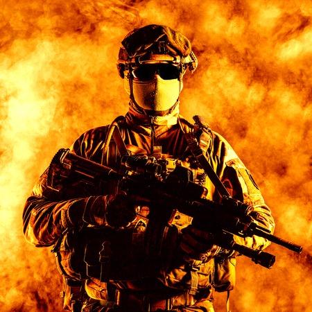 Fallschirmjäger des französischen 1. Marine Infantry Parachute Regiment RPIMA Studio shot Standard-Bild - 89280045