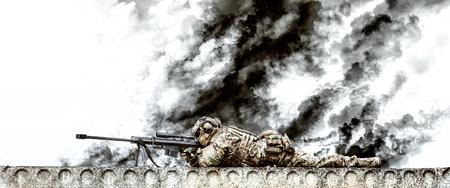 Riuned 建物の屋根の上にアクションで大口径のライフルを持つスナイパー 写真素材