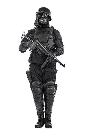 Het futuristische gasmasker van de nazimilitair en staalhelm met schmeisserpistool dat op witte studio wordt geschoten schoot status aan aandacht