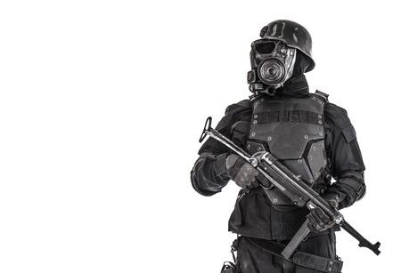 Futuristische nazi-soldaat gasmasker en stalen helm met schmeisser pistool geïsoleerd op witte studio shot halve lengte portret Stockfoto