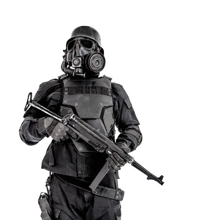 Futuristisch militairgasmasker en staalhelm met schmeisserpistool op wit studio geschoten half lengteportret dat wordt geïsoleerd