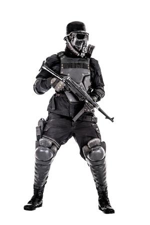 Het futuristische gasmasker van de nazimilitair en staalhelm met schmeisserpistool op wit studio wordt geïsoleerd dat schoot volledig lichaamsportret Stockfoto