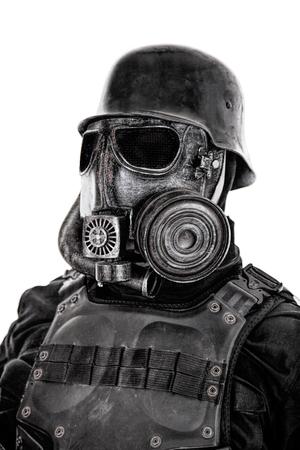 Masque à gaz de soldat futuriste et casque en acier avec une arme de poing schmeisser isolée sur blanc studio tourné portrait gros plan