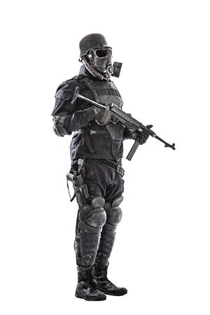 Futuristische nazi-soldaat gasmasker en stalen helm met schmeisser pistool geïsoleerd op witte studio-opname full body portret