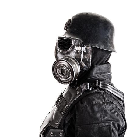 Máscara de gás de soldado nazista futurista e capacete de aço isolado no estúdio branco tiro closeup retrato Foto de archivo - 91969261