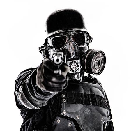 Masque à gaz de soldat futuriste et casque en acier avec une arme de poing luger pistolet isolé sur blanc tourné en studio Banque d'images