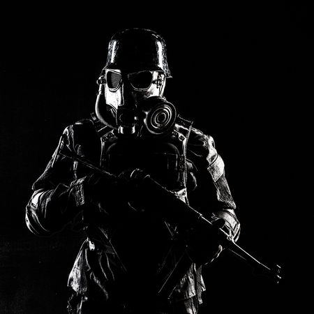 未来的なナチスの兵士のガスマスクとスチールヘルメットとシュマイザー拳銃黒の背景スタジオショット 写真素材 - 91969272