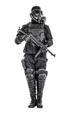 Futuristisch militairgasmasker en staalhelm met schmeisserpistool op wit studioschot dat wordt geïsoleerd Stockfoto