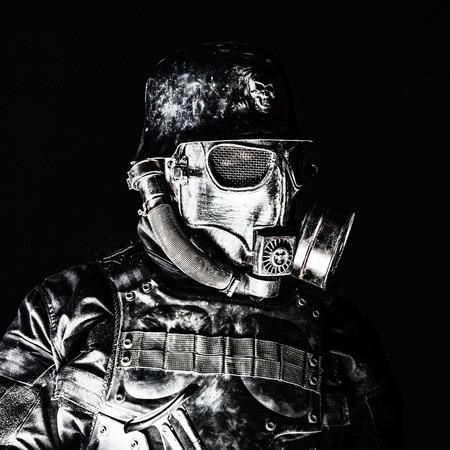 Futuristisch nazi militairgasmasker en staalhelm met van het achtergrond schmeisserpistool zwart schot geschoten close-upportret