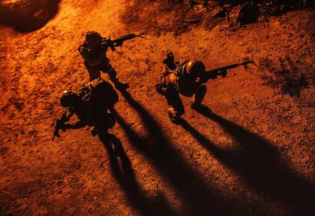 夜の兵士の黒いシルエット。上から見て、色調と着色。部隊の活動 写真素材