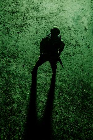夜の兵士の黒いシルエット。上からの眺め、色調、着色