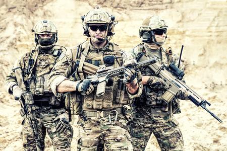 Groepsportret van eliteleden van het Amerikaanse leger, militairen van privé-militaire bedrijven, strijders van de antiterreurgroep die samen met geweren staan. Wapenbroeders, strijders van oorlogsconflicten, soldaten van fortuin Stockfoto