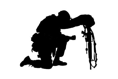 Armeesoldat in Trauer um den gefallenen Kameraden, der auf dem Knie steht, sich auf ein Gewehr mit Helm und zwei Erkennungsmarken an der Kette stützt, Studio-Shooting isoliert auf weißer, zurückhaltender Silhouette. Militärische Trauerfeier, Trauer um in Aktion Getötete