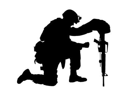 Soldado del ejército en pena por el camarada caído, de pie sobre la rodilla, apoyado en un rifle con casco y dos placas de identificación en cadena, sesión de estudio aislada en silueta blanca de bajo perfil. Honores funerarios militares, dolor por muertos en acción Foto de archivo