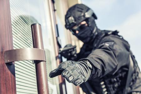Police SWAT armed fighter ready to break in room Stock fotó